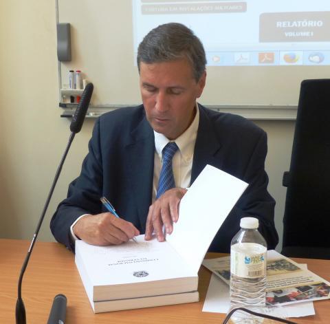 Colloque IHEAL Archives et justice transitionnelle : M. Pedro Dallari, coordinateur CNV Brésil, paraphant le rapport